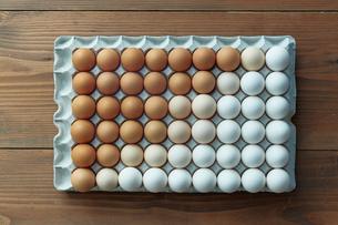 卵パックに並べられた卵のグラデーションの写真素材 [FYI01461876]