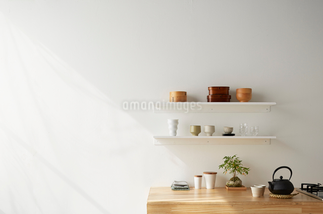 キッチンと白い棚の写真素材 [FYI01461893]
