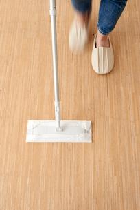 掃除をする人の足元の写真素材 [FYI01461903]