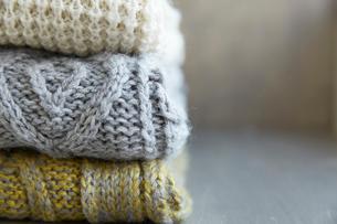 積み重なった3枚のセーターの写真素材 [FYI01461904]