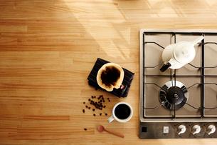 キッチンでコーヒーを淹れるの写真素材 [FYI01461907]