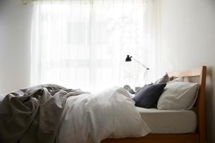 明るい光の入ったシンプルなベッドルームの写真素材 [FYI01461937]