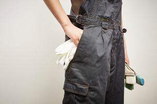 軍手をポケットから取り出す女性の写真素材 [FYI01461939]