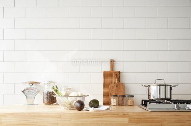 キッチンカウンターの上に置かれた調理グッズと野菜の写真素材 [FYI01461943]