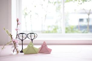 窓際のテーブルに置かれたお雛飾りの写真素材 [FYI01461950]