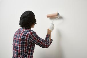 ローラーで壁を塗る男性の写真素材 [FYI01461955]