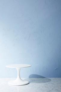 青い壁と床とテーブルの写真素材 [FYI01461973]