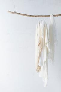 木の棒に吊り下がった白い服の写真素材 [FYI01461975]