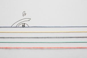 五色の水引と泳いでいる人のイラストのイラスト素材 [FYI01461980]