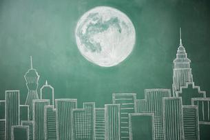 ビル群と満月が描かれた黒板イラストのイラスト素材 [FYI01461982]