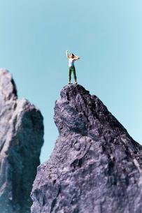 岩山の頂上にいる女性の写真素材 [FYI01461983]