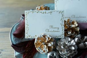 テーブルの上に置かれたクリスマス飾りの写真素材 [FYI01461984]