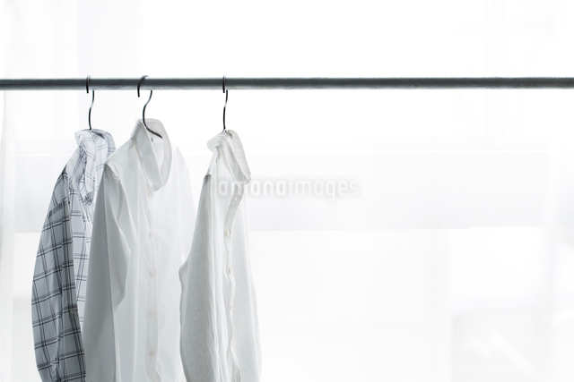 ラックにかかったハンガーと服の写真素材 [FYI01461989]
