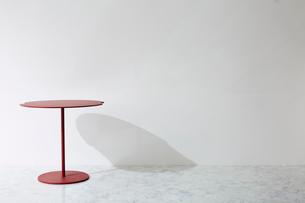 壁と大理石の床とテーブルの写真素材 [FYI01461998]