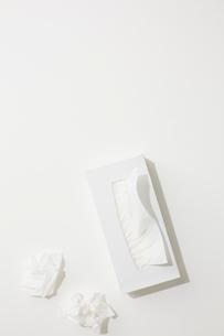 白色のテッシュ箱と丸められたティッシュの写真素材 [FYI01462006]