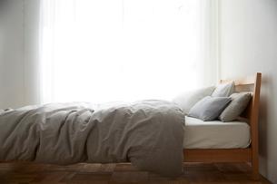明るい光の入ったシンプルなベッドルームの写真素材 [FYI01462007]
