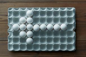卵パックに並べられた卵の矢印の写真素材 [FYI01462009]