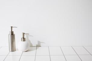 壁とタイルと洗面具の写真素材 [FYI01462019]