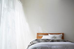 明るい光の入ったナチュラルなベッドルームの写真素材 [FYI01462020]