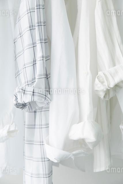 掛けられた服の袖の写真素材 [FYI01462022]