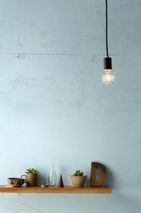 ペンダントライトと壁の棚の写真素材 [FYI01462028]