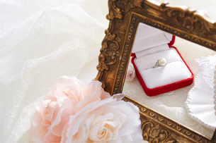 バラと額と指輪の写真素材 [FYI01462037]