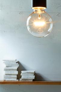 ペンダントライトと本が置かれた壁の棚の写真素材 [FYI01462044]