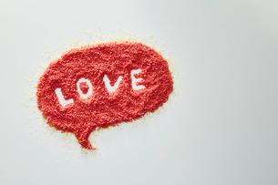 赤い砂で作られたLOVEの吹き出しの写真素材 [FYI01462050]