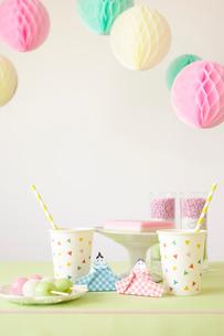 テーブルの上に置かれた折り紙で作られた雛人形とパーティーグッズの写真素材 [FYI01462056]