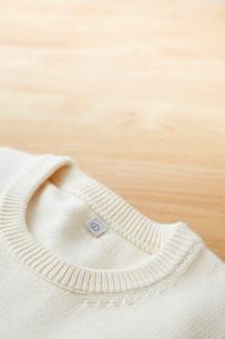白いセーターの首元の写真素材 [FYI01462078]