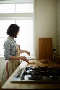 キッチンで卵を溶く女性の写真素材 [FYI01462085]