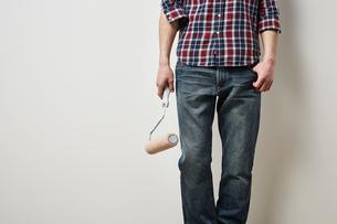 ローラーを持つ男性の写真素材 [FYI01462105]