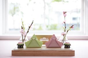 窓際のテーブルに置かれたお雛飾りの写真素材 [FYI01462112]