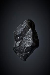 暗い空間に浮かぶ石の写真素材 [FYI01462118]