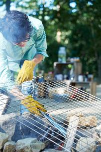 かまどで作業する男性の写真素材 [FYI01462123]