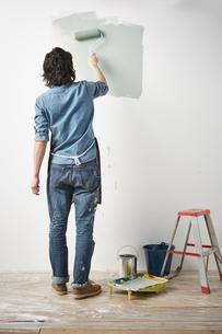ローラーで壁を塗る男性の写真素材 [FYI01462124]