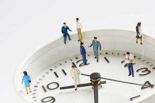 時計の上のミニチュアサラリーマンの写真素材 [FYI01462144]