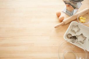 木目天板の上に置かれた材料とツールの写真素材 [FYI01462148]
