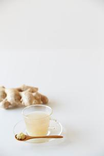 生姜湯とすりおろした生姜が乗ったスプーンと大きな生姜の写真素材 [FYI01462156]