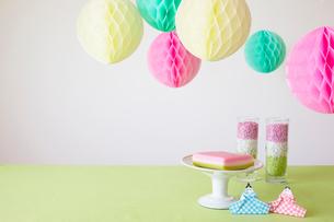 テーブルの上に置かれた折り紙で作られた雛人形とパーティーグッズの写真素材 [FYI01462176]