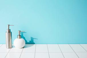 壁とタイルと洗面具の写真素材 [FYI01462195]