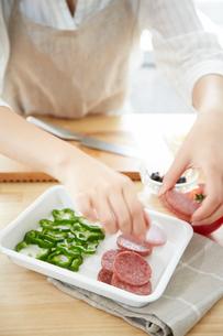 野菜を切る女性の手元の写真素材 [FYI01462199]