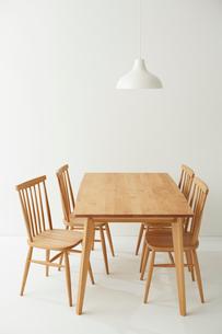 白ホリにあるダイニングテーブルセットの写真素材 [FYI01462206]