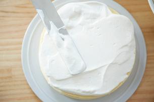 ケーキにクリームを乗せた俯瞰の写真素材 [FYI01462211]