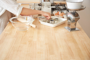 キッチンカウンターで作業をする女性の手元の写真素材 [FYI01462223]