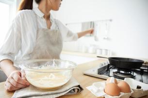 パンケーキを作る女性の写真素材 [FYI01462233]
