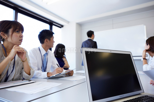 ノートパソコンと会議の様子の写真素材 [FYI01462241]