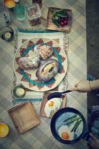 準備中のキャンプご飯の写真素材 [FYI01462251]