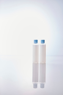 反射する板に置かれた化粧品の写真素材 [FYI01462257]