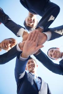 円陣で手を合わせる新入社員たちの写真素材 [FYI01462261]